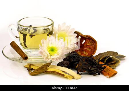 Chinesischer Tee mit chinesischen Kräutermedizin auf weißem Hintergrund. - Stockfoto