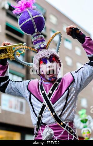 Madrid, Spanien 6. Februar 2016. Ein Portrait eines männlichen Trompeters auf Stelzen aus dem Fundación Tchyminigagu - Stockfoto