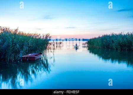 Blick auf den Sonnenuntergang am Plattensee in Ungarn - Stockfoto