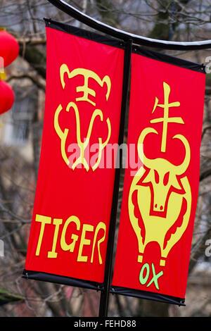 Kunst & Werk auf Frohes Neues Jahr Dekorationen, hängende Fahnen. Chinesische Zeichen Phase gute Vermögen zu bedeuten. - Stockfoto