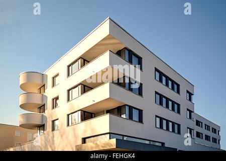 Modernen Wohnbauten mit Außenanlagen, Fassade des neuen Niedrigenergie-Wohnhäuser - Stockfoto