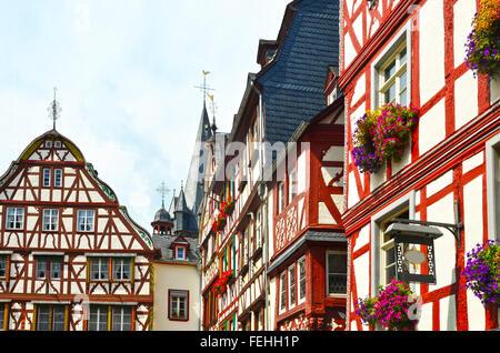 Moseltal Deutschland: Blick auf historischen Fachwerkhäusern in der alten Stadt Bernkastel-Kues, Europa - Stockfoto