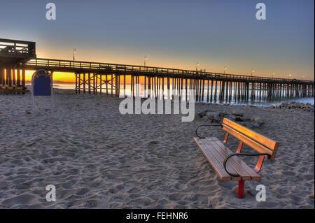 Ventura Pier im Hintergrund hinter Spielplatz Bank. - Stockfoto