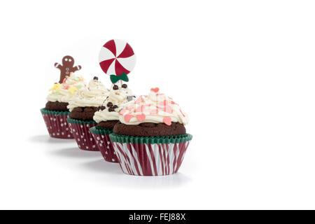 köstliche Schokoladen-Muffins mit Creme farbigen Belag isoliert auf weißem Hintergrund - Stockfoto