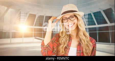 Zusammengesetztes Bild des wunderschönen lächelnden blonden Hipster posiert - Stockfoto
