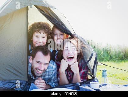 Porträt, Lächeln Familie im Zelt - Stockfoto