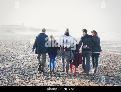 Mehr-Generationen-Familie gehen in einer Reihe am Strand - Stockfoto