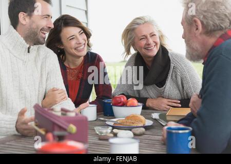 Paare im Gespräch und Frühstück im Terrassentisch - Stockfoto