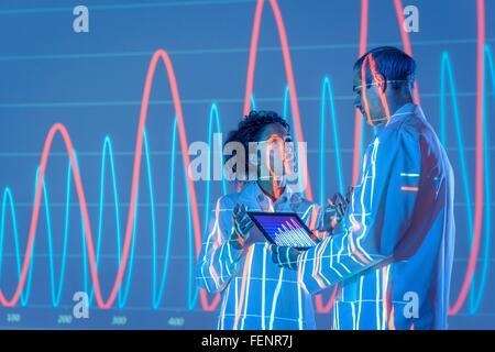 Wissenschaftler im Gespräch mit Grafikdaten Projektion - Stockfoto