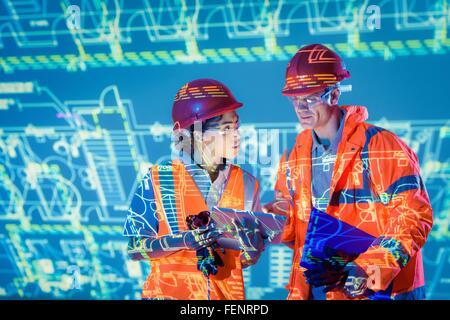 Ingenieure mit digital-Tablette und projizierte Pläne - Stockfoto
