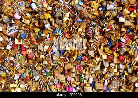 Liebesschlösser auf der Brücke Pont Des Arts - Stockfoto