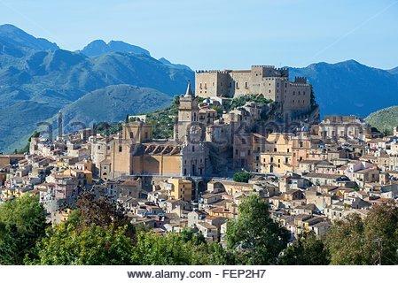 Caccamo Schloss und Dorf, Caccamo, Sizilien, Italien - Stockfoto