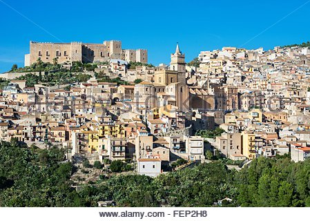 Erhöhten Blick auf Caccamo Schloss und Dorf, Caccamo, Sizilien, Italien - Stockfoto