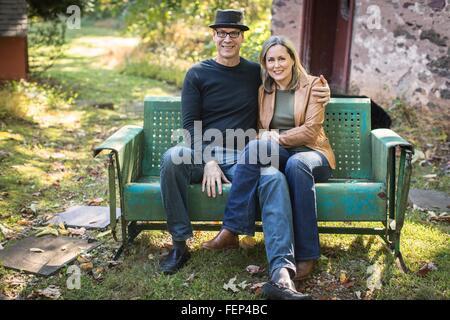 Porträt von älteres Paar, sitzen auf Bank, im freien - Stockfoto