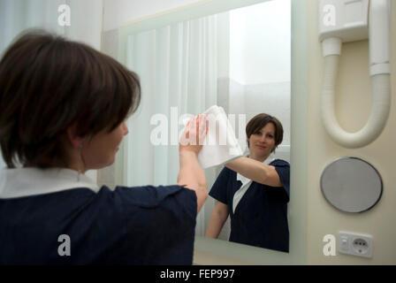 Mädchen im Hotelzimmer - Stockfoto