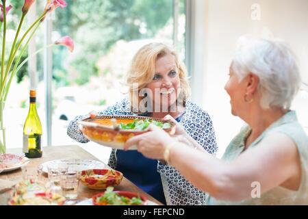 Zwei Frauen zusammen zu Mittag, zu Hause - Stockfoto