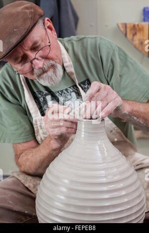 Potter mit flachen Mütze schlichten Gestaltung Ton-Vase, auf der Suche nach unten - Stockfoto