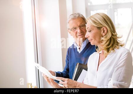 Paar diskutieren Papierkram - Stockfoto