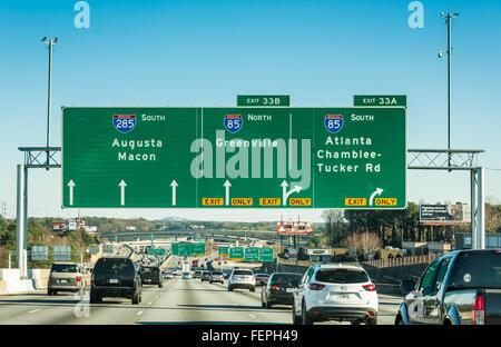 Direktionale Beschilderung auf der Interstate 285 Schleife im Nordosten Atlanta Annäherung an die Kreuzung der i - Stockfoto