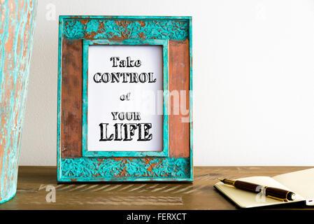 Vintage Bilderrahmen auf Holztisch über weiße Wand Hintergrund mit motivierenden Botschaft nehmen CONTROL OF YOUR - Stockfoto