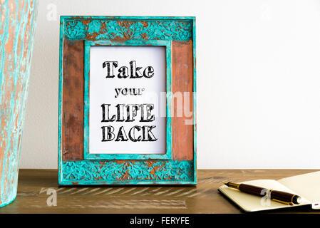 Vintage Bilderrahmen auf Holztisch über weiße Wand Hintergrund mit motivierenden Botschaft TAKE YOUR LIFE BACK - Stockfoto