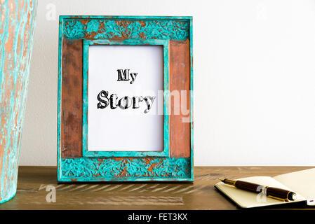 Vintage Bilderrahmen auf Holztisch über weiße Wand Hintergrund mit motivierenden Botschaft MY STORY, Textfreiraum - Stockfoto