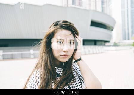 Portrait Of Beautiful Woman Standing By Gebäude In der Stadt