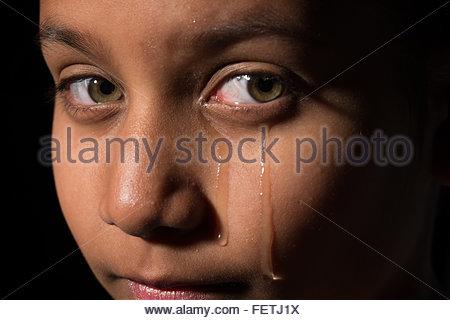 Junge asiatische Kind wäre ein Mädchen oder Junge weint Tränen laufen über das Gesicht. - Stockfoto