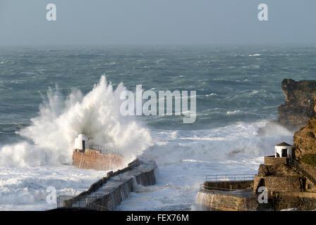 Große Welle brechen auf Portreath Pier in Cornwall, England, während des Sturms Imogen. - Stockfoto