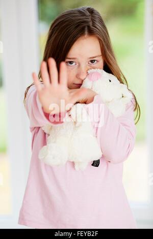 Mädchen saßen allein haltende hand - Stockfoto