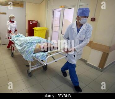 IWANOWO, RUSSLAND. 2. FEBRUAR 2016. Medizinisches Personal, die Machenschaften eines Patienten auf einer Bahre in - Stockfoto