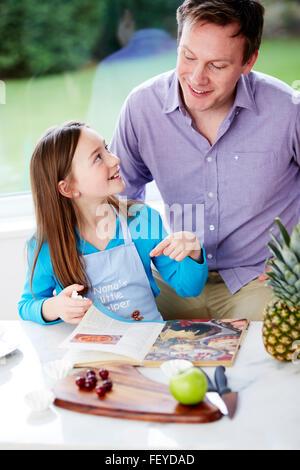Zubereitung von Speisen mit Eltern Kind - Stockfoto