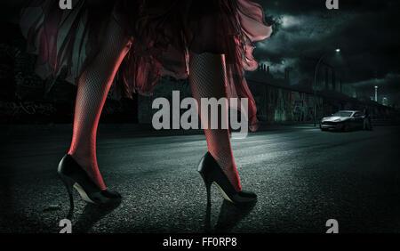 Frau, tragen von high Heels auf Straße in der Nacht - Stockfoto