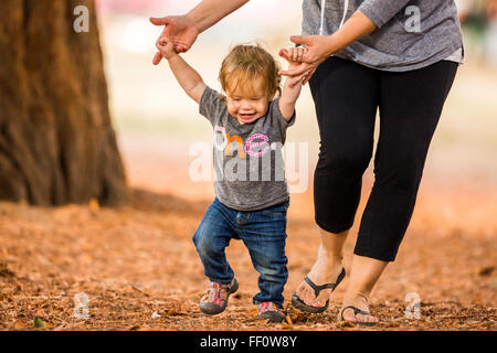 Kaukasische Mutter und Tochter walking im freien - Stockfoto