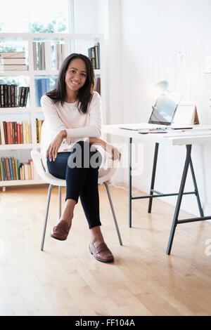Gemischte Rassen Geschäftsfrau lächelnd in home-office Stockfoto
