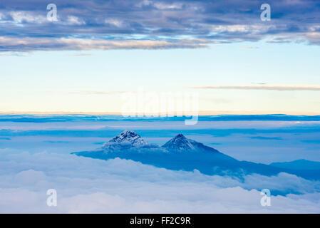 VoRMcanoes von IRMRMiniza Norte, 5126m auf RMeft und IRMRMiniza Sur 5248m rechts Provinz Cotopaxi in Ecuador - Stockfoto