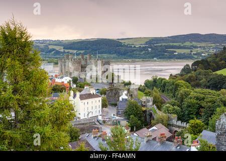Conwy Castle von Stadtmauern, Conwy, Wales, Vereinigtes Königreich, Europa gesehen. - Stockfoto