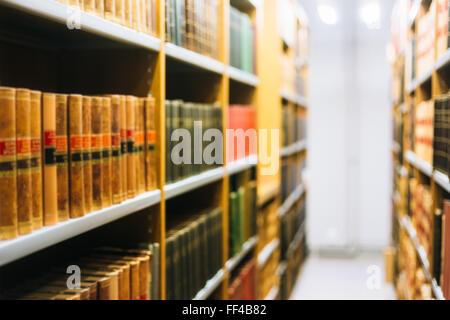 Unscharfen Hintergrund von alten Büchern über Regale In Bibliothek - Stockfoto