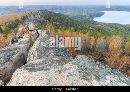 Blick von der Spitze des Berges, Goldener Herbst Sonnenuntergang, Goldener Herbst Sonnenuntergang im Wald - Stockfoto