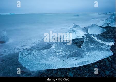 Ein blau gewaschen Eisberg auf den Kristallstrand in der Nähe von Gletscherlagune Jökulsárlón in Island - Stockfoto