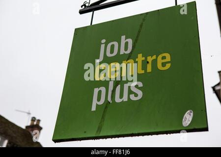 Eine schmutzige Jobcentre plus singen hängen außerhalb der Mitteltür auf der Straße in Blandford Forum, England, - Stockfoto