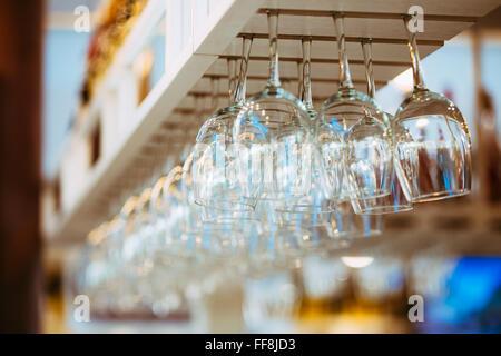 Bekannt Gläser über Bar Regal aufhängen Stockfoto, Bild: 176243138 - Alamy UN81