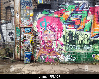 Graffiti an der Wand an den verlassenen Industriegebäuden RAW-Gelände in Berlin, Deutschland. - Stockfoto