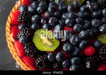 Hausgemachte Key Lime Obst-Torte mit Beeren - Stockfoto