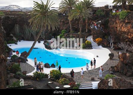 Schwimmbad in der Lava-Höhle, Kunst und Kultur Zentrum Jameos del Agua, gebaut von Künstler César Manrique, Lanzarote, - Stockfoto
