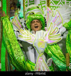 Samba-Tänzer-Parade im Sambadrome während der Karneval in Rio 21. Februar 2015 in Rio De Janeiro, Brasilien. - Stockfoto