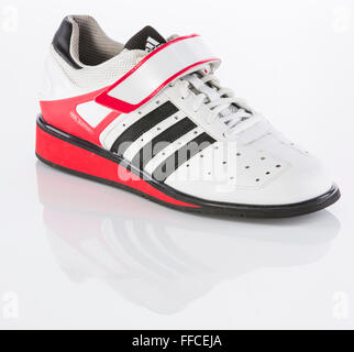 Mit Gewichtheben Einer Hintergrund Weißen Schuhe Einem Auf Adidas qSUzVpjLMG