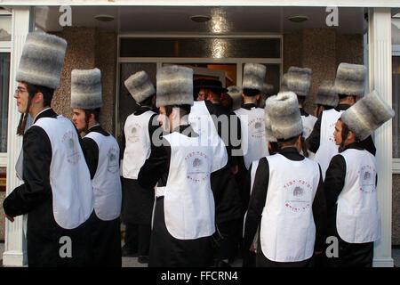 Einen wohlhabenden Mann der Gegend besucht eine Gruppe von orthodoxen jüdischen Jungen in Kostüm für wohltätige - Stockfoto