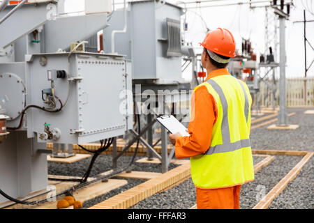 Rückansicht des Elektrizität Firma Umspannwerk Arbeiter - Stockfoto