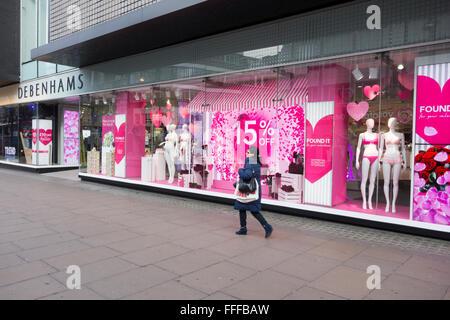London, UK. 11. Februar 2016: Debenhams Kaufhaus Installation und Start Valentins Tag Fenster angezeigt, in der - Stockfoto